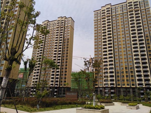 六安市梅花西苑小区定做阳台护栏、百叶窗案例