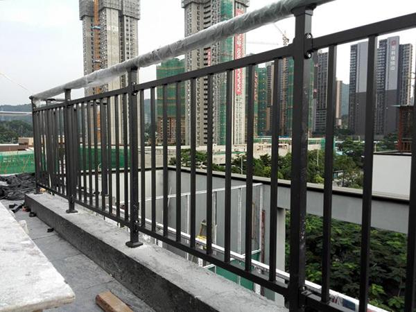 最适合做阳台护栏的三大材质!