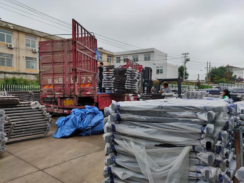 金用护栏2020年7月17日下午锌钢玻璃护栏产品装车发货!