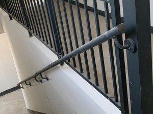 学校靠墙楼梯扶手
