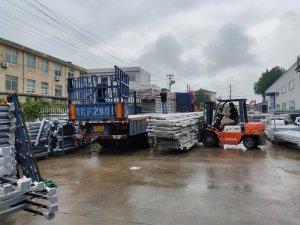 金用护栏2020年7月28日锌钢阳台玻璃护栏装车发货!