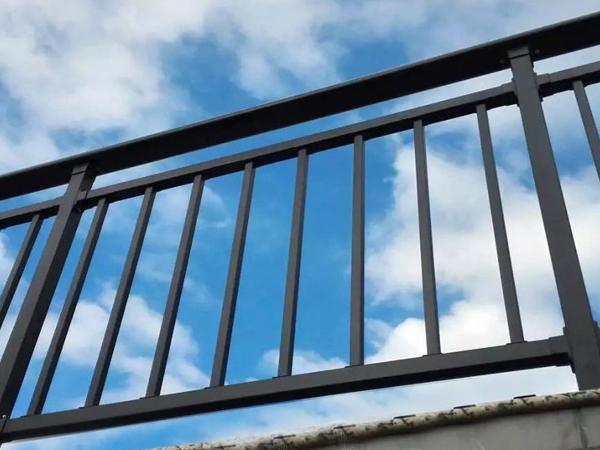 阳台护栏选哪种材质最靠谱?