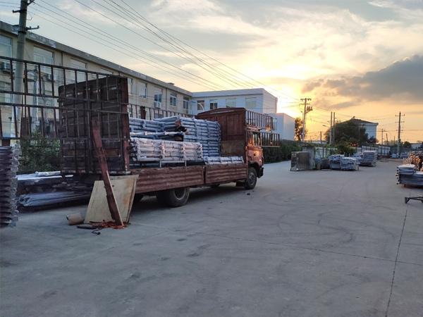 金用护栏2020年8月4日锌钢阳台玻璃护栏装车发货!