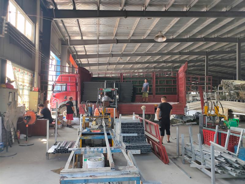 金用护栏2020年8月18日锌钢窗户护栏装车发货!