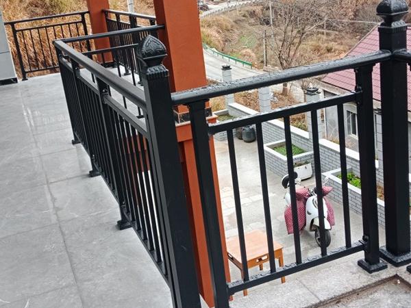 阳台护栏杆件间距要求规范