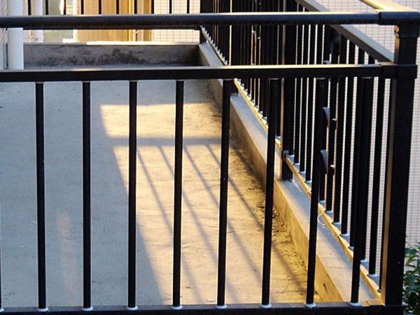 阳台护栏保养维护方法