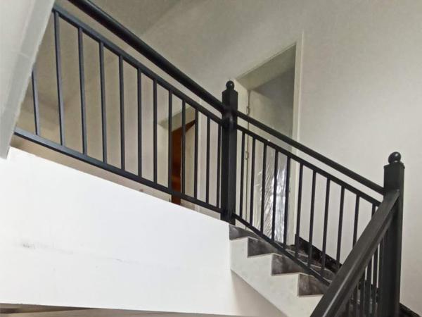 锌钢楼梯扶手和不锈钢楼梯扶手谁更值得买?答案在这里!