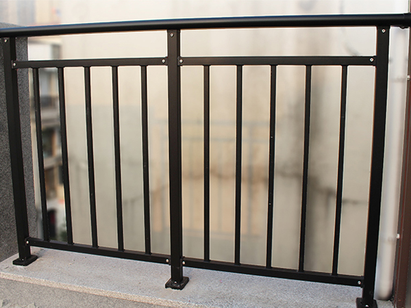 阳台护栏用哪种材质最划算?