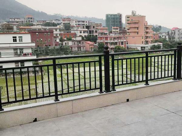为什么建议大家选锌钢阳台护栏而不选铁艺或不锈钢,原因在这里!