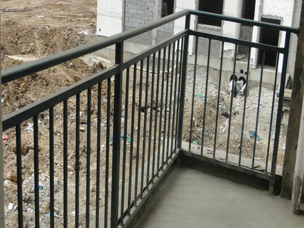 阳台护栏什么颜色好看?