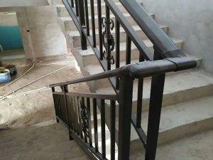 楼梯扶手是怎么安装的?