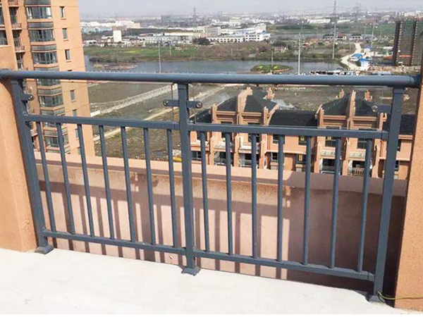 阳台护栏哪种材料做的适合批量采购?